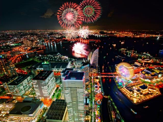 高層ビル街に栄える花火イメージ20170803