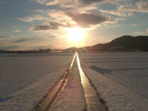 雪の中の一本道イメージ20171212