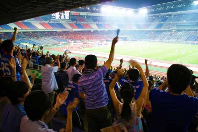 スタジアムでサッカーの応援をする人々20180629