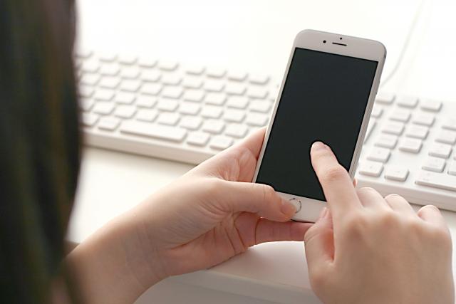 スマートフォンを操作するイメージ20180821