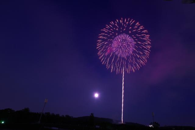 夏の夜空に打ち上げ花火のイメージ20180816