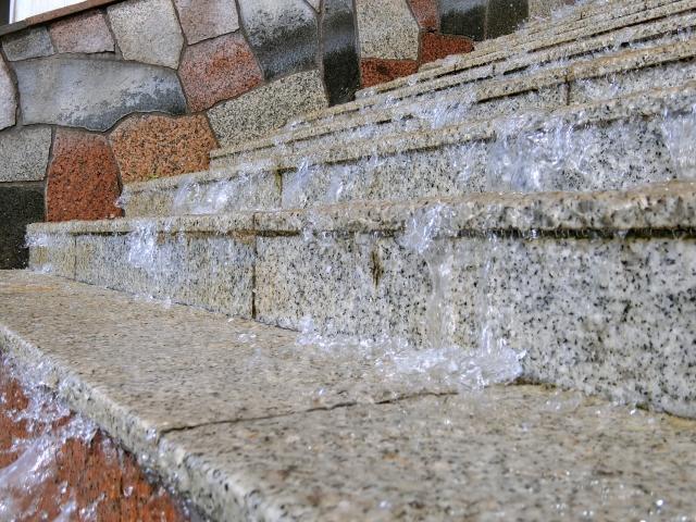 大雨で水浸しの階段イメージ20180824