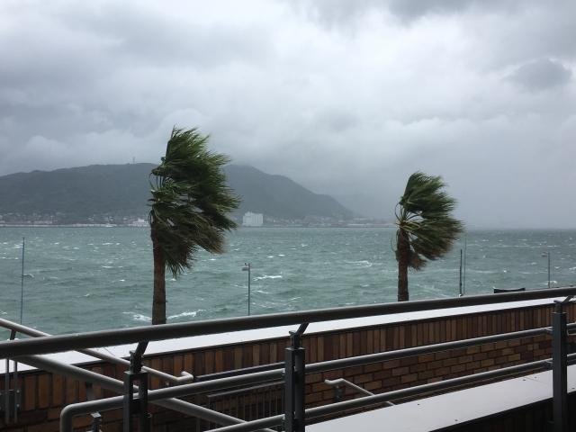 台風接近による暴風雨のイメージ20181005