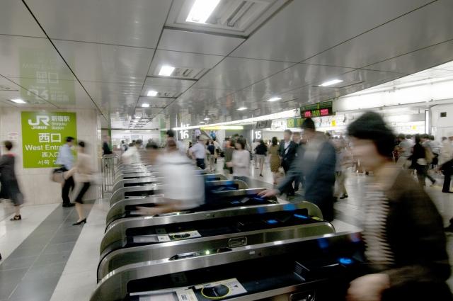 新宿駅西口の自動改札イメージ