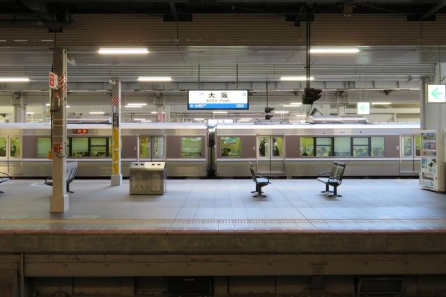 閑散とした駅のホーム